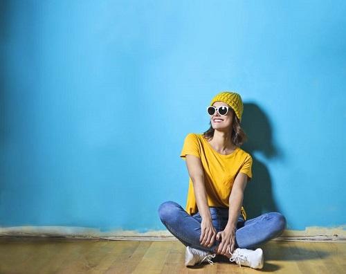 modne jeansy uśmiechnieta kobieta